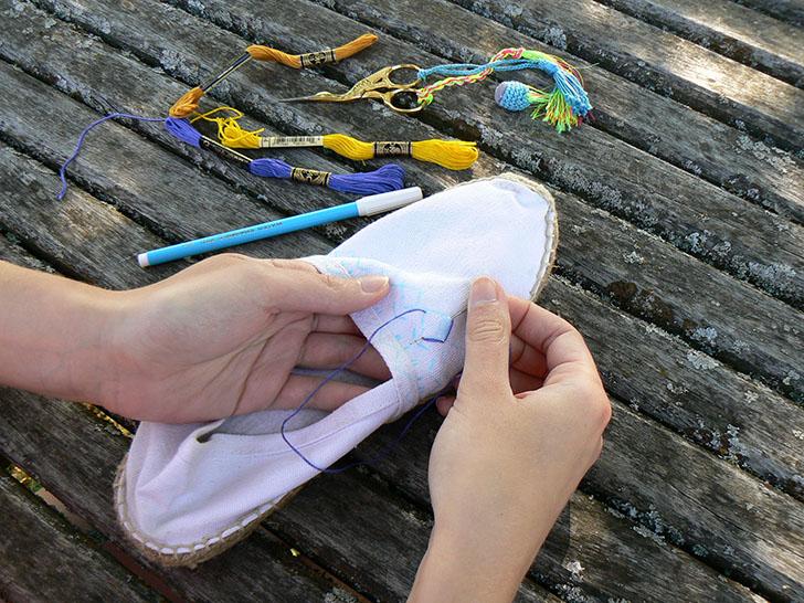 Una vez hayas bordado todo el diseño y hayas rematado bien todos los hilos, moja las alpargatas con una esponja para eliminar la tinta.