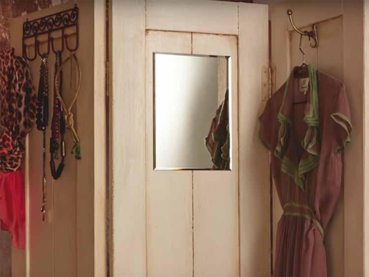 Un biombo vestidor con puertas recicladas - Puertas de biombo ...