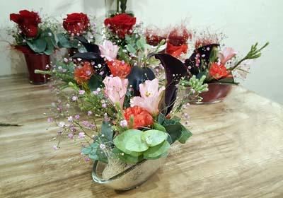 como ves el resultado es muy bonito y puedes hacer centros distintos y con distintas flores para combinar como los vasitos de rosas