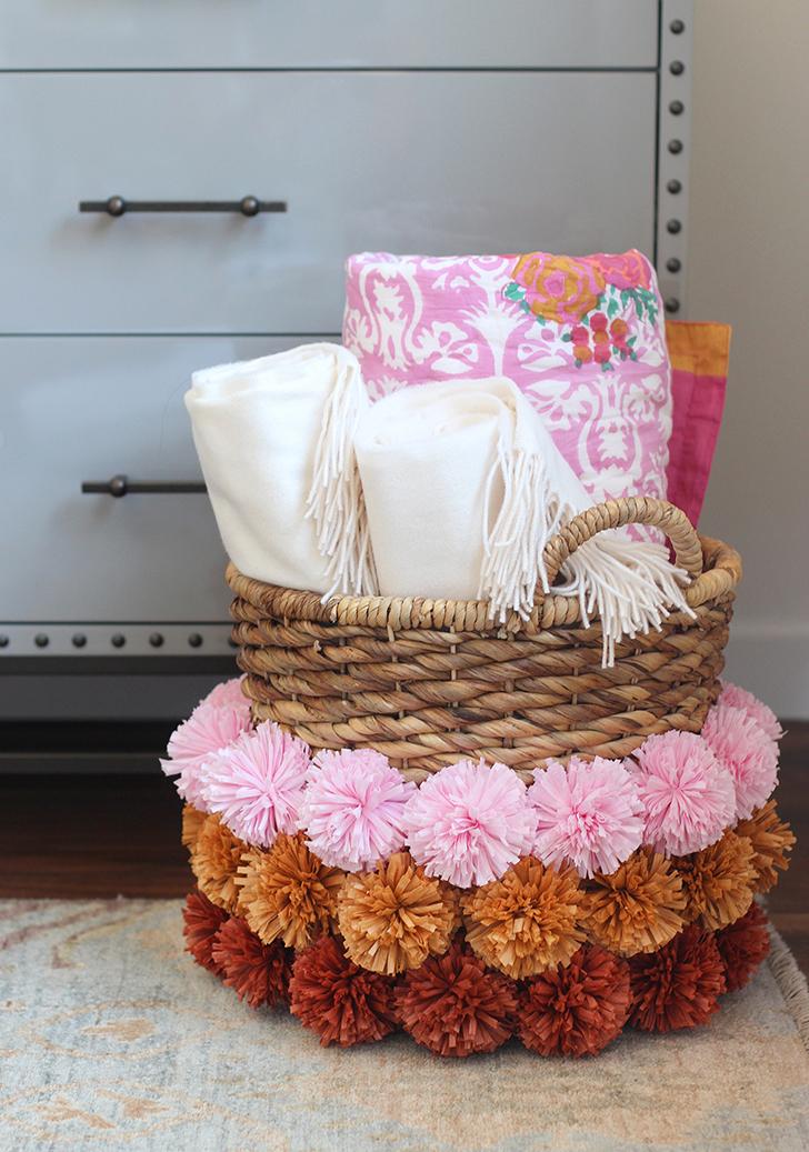 Decora una cesta con pompones de rafia - Decorar cestas de mimbre paso a paso ...