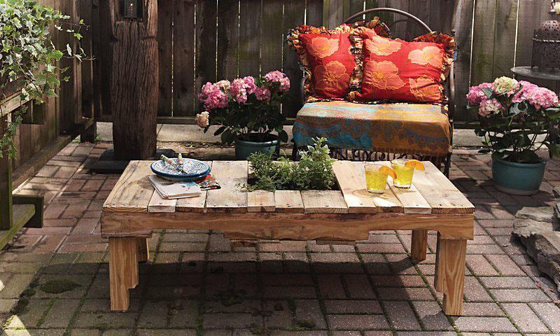 Haz una mesa de jard n con un palet viejo for Mesas de palets para jardin