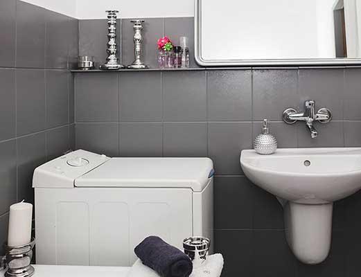 Pintar los azulejos del ba o y renovarlo sin obras - Pintar azulejos bano ...