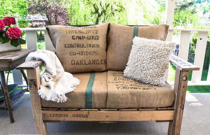 Sofá de exterior con madera reciclada